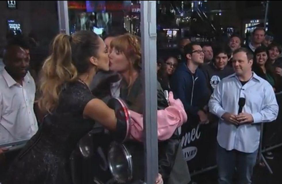 Jessica Alba : Elle embrasse ses fans sur la bouche ! (Vidéo)