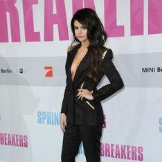 Selena Gomez ose le smoking décolleté pour Spring Breakers (Photos)