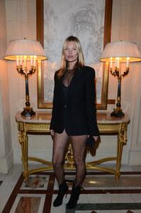 Kate Moss nous montre ses fesses