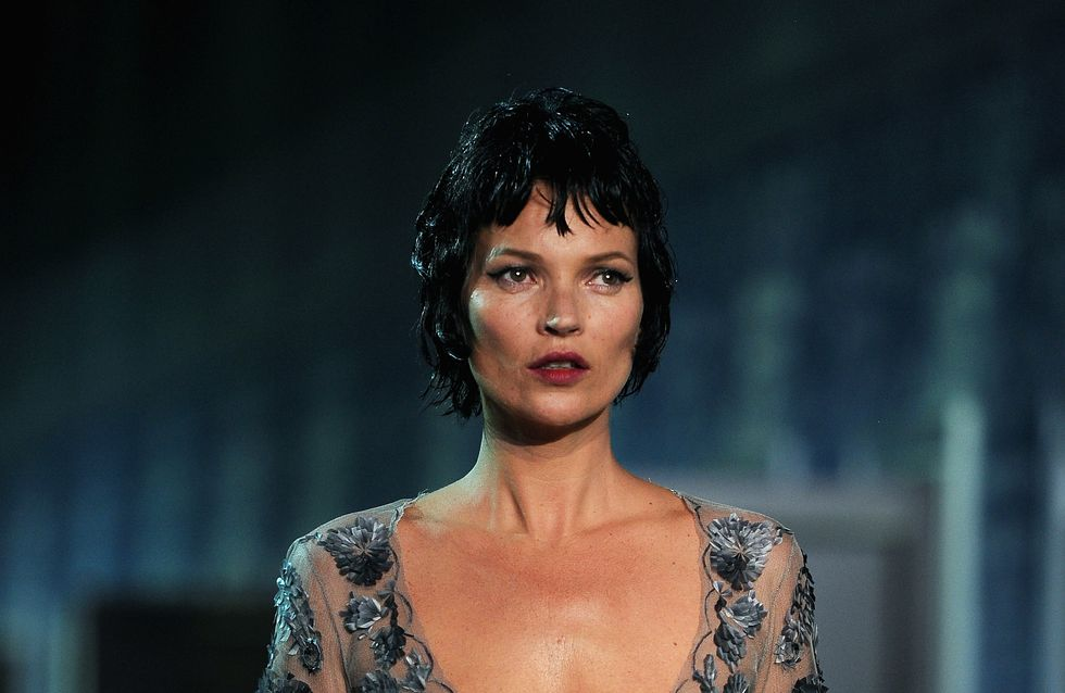 Kate Moss : Brune avec les cheveux courts au défilé Vuitton