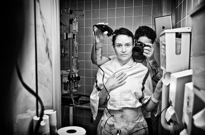 Jennifer photographiée par son mari lors de son cancer du sein