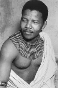 Nelson Mandela dans la tenue traditionnelle de sa tribu Thembu - 1950