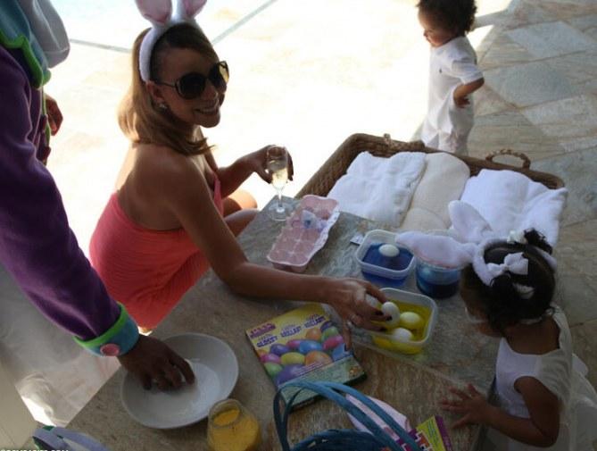 Mariah Carey et ses jumeaux préparent les oeufs