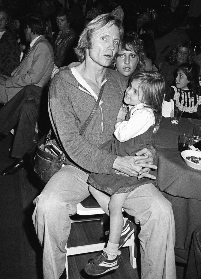 Angelina Jolie dans les bras de son père dans les années 70