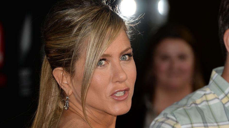 Jennifer Aniston : C'est quoi ces vilaines marques dans le dos ?! (Photos)