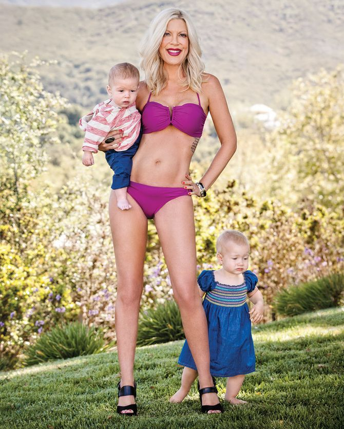 Tori Spelling sexy en bikini