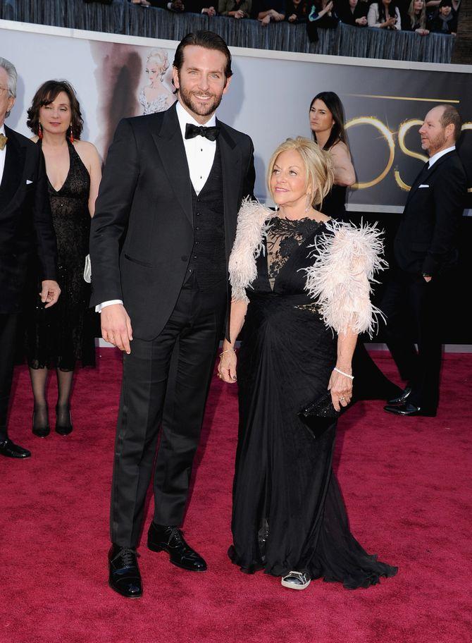 Bradley Cooper et sa mère Gloria lors des Oscars 2013