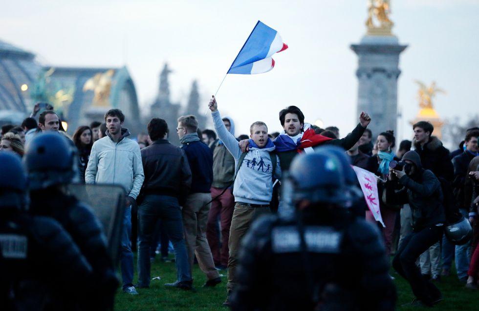 Manif pour tous : 300 jeunes « veilleurs » à genoux face à la police