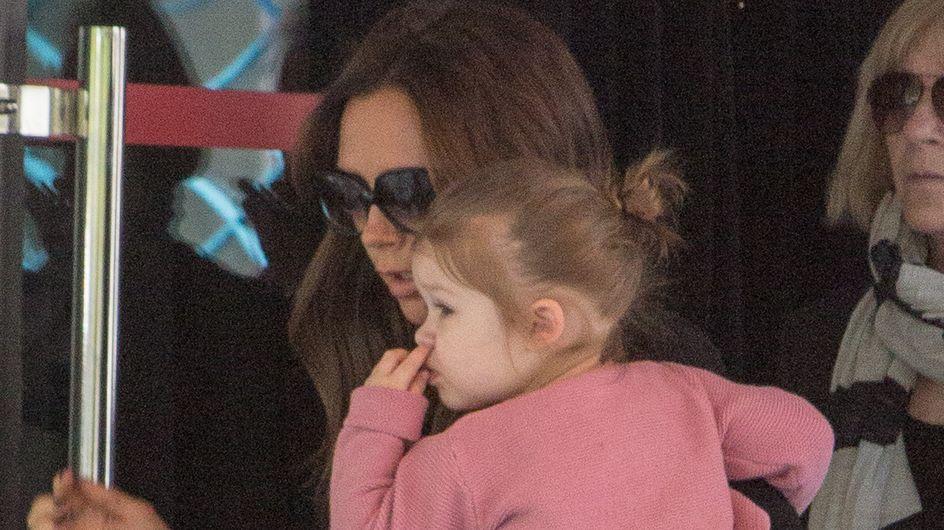 Victoria Beckham : Sa fille Harper, les doigts dans le nez ! (Photos)
