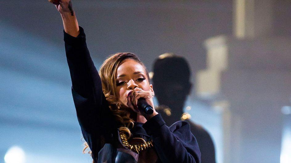 Rihanna : Elle glisse 8 000$ dans le string d'une strip-teaseuse (Vidéo)