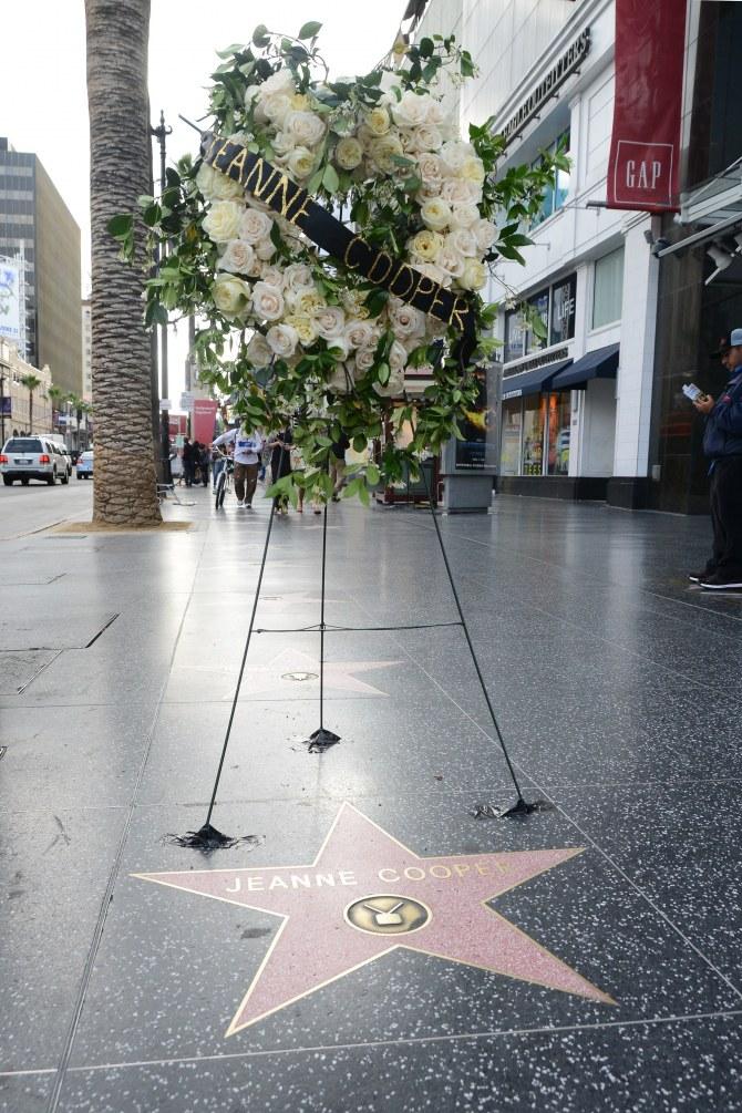 Un hommage à aussitôt été rendu à Jeanne Cooper sur son étoile du Walk of Fame à Hollywood