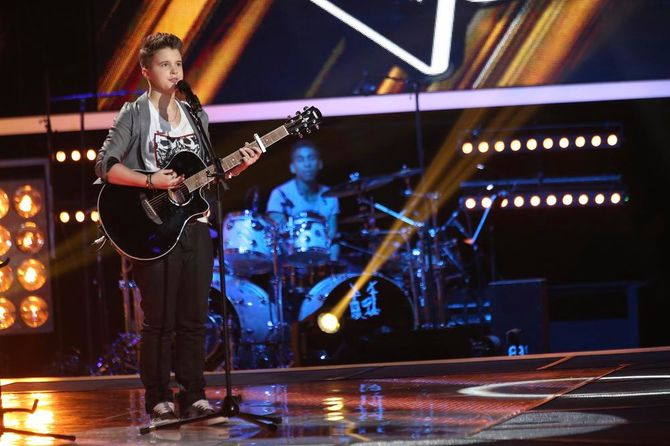 Loïs à la guitare pour son audition à l'aveugle