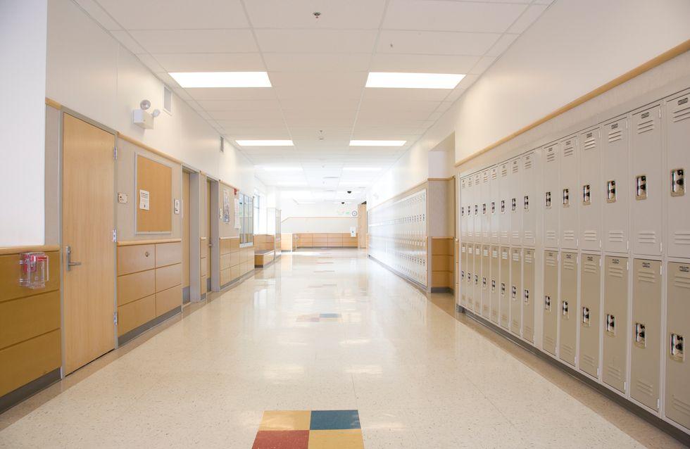 Un homme se suicide avec un fusil dans un hall d'école maternelle