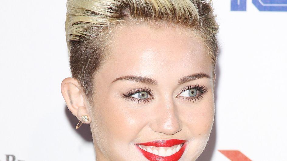Miley Cyrus : Elle applique son fond de teint à la truelle et ressemble au Joker