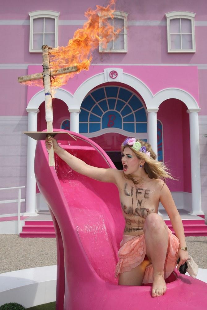 Femen : En colère devant la maison Barbie géante à Berlin (Photos)