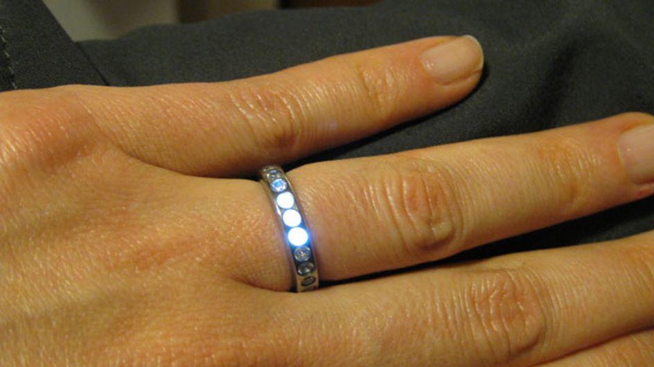 Une bague de mariage qui s'illumine à l'approche du futur époux