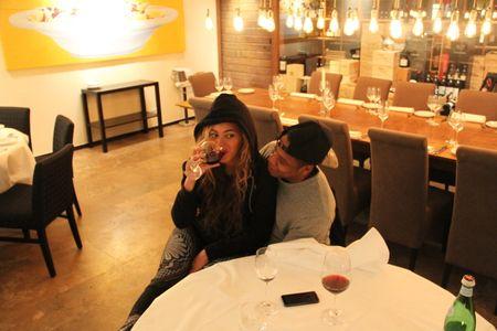 Beyoncé boit du vin à Berlin sur les genoux de Jay-Z