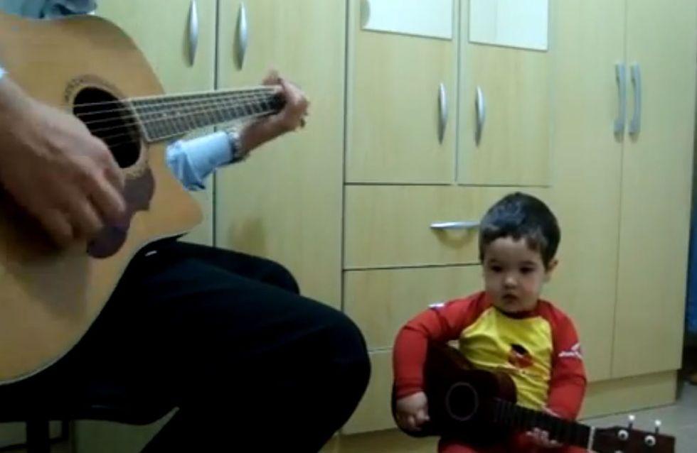 Un petit garçon de 2 ans chante les Beatles avec son papa (Vidéo très très mignonne !)