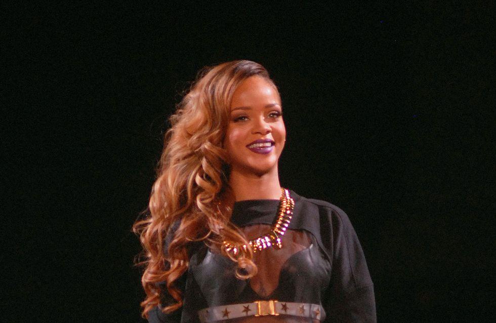 Rihanna : Elle fait une lap dance à un fan et le laisse lui toucher les seins (Photos et Vidéo)