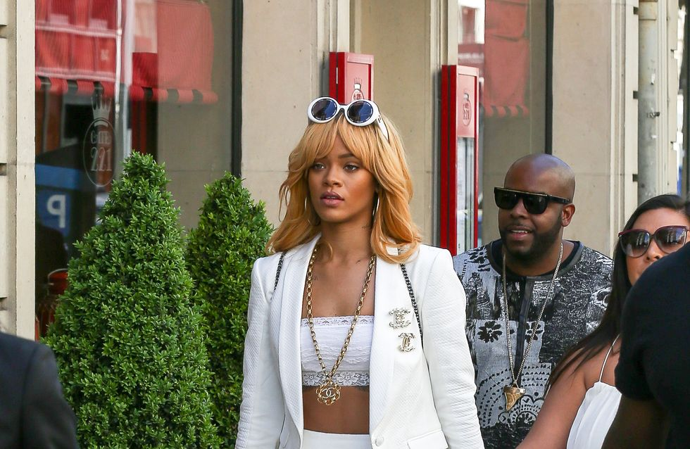 Rihanna : Rhabillée par ses fans en pleine rue (Photos)