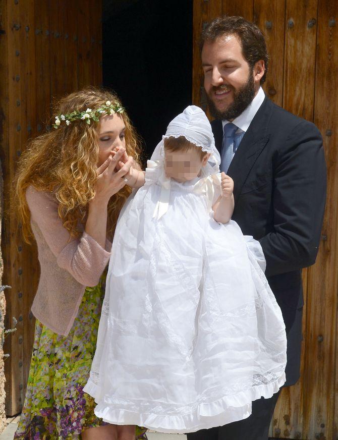 Blanca besa la mano de su pequeño