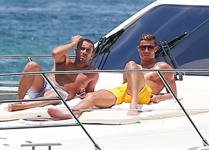 Cristiano Ronaldo se broncea en un yate