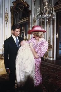 Le prince Charles, la princesse Diana et le William lors de son baptême