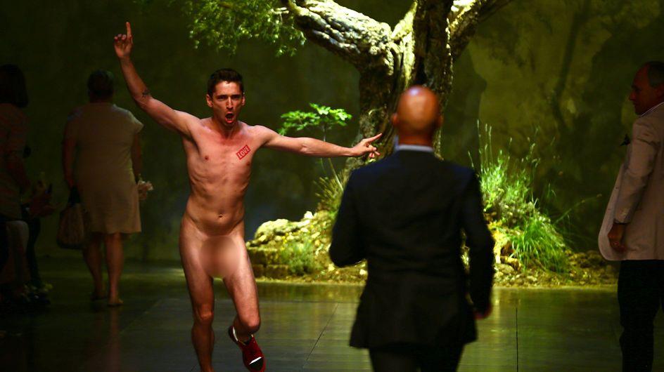 Fashion Week : Un homme nu s'incruste sur le défilé Dolce & Gabbana