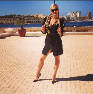 Rita Ora en manteau Emmanuel Ungaro