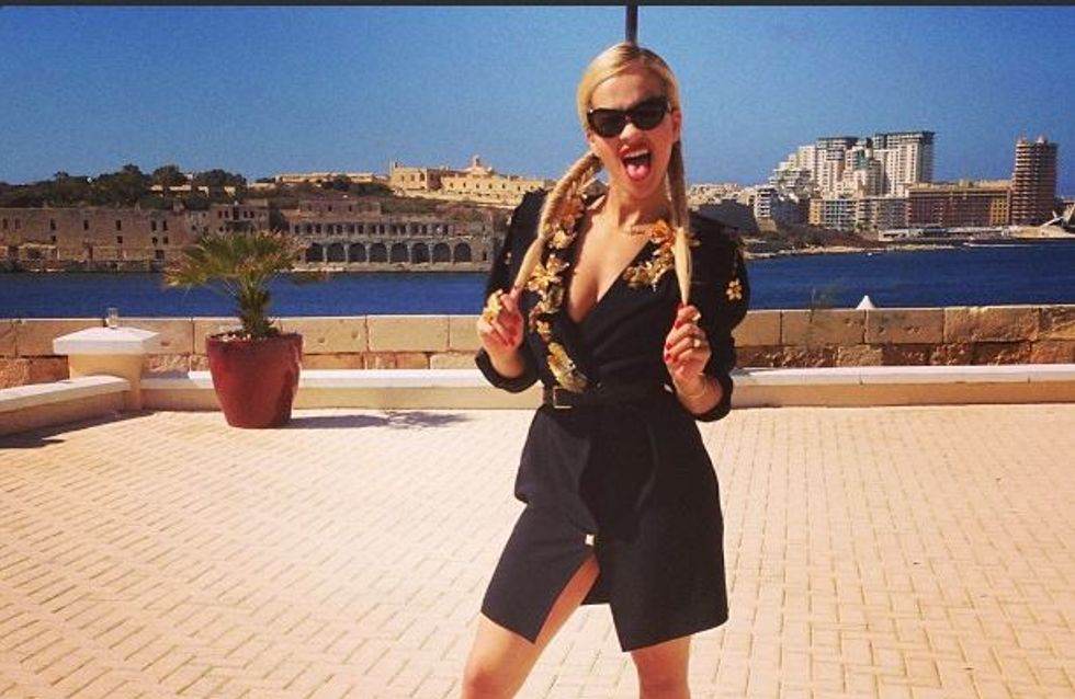 Rita Ora : En manteau oui, mais sans rien dessous ! (Photos)