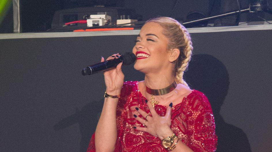 Rita Ora : Elle montre ses fesses en plein concert (Photos)