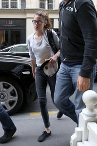 Kristen Stewart à son arrivée à Paris hier