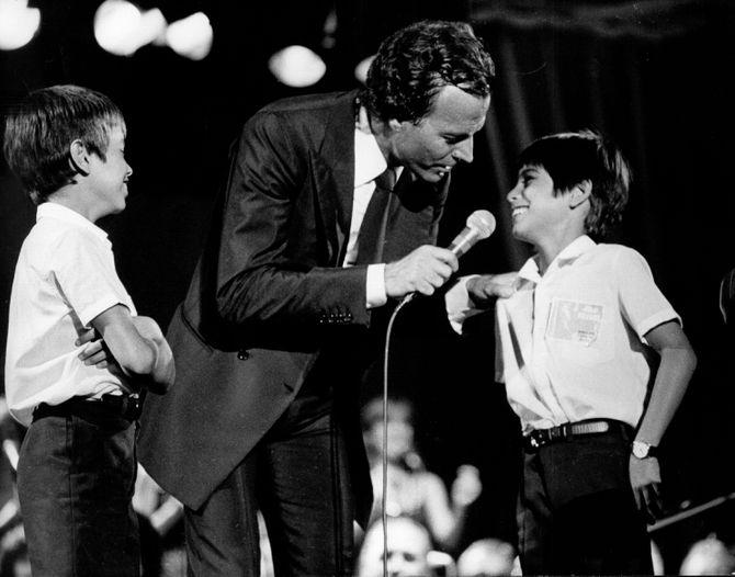 Julio Iglesias con su hijo Enrique y Julio José