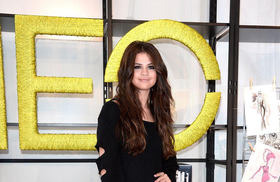 Selena Gomez, cool et sexy en short et sneakers
