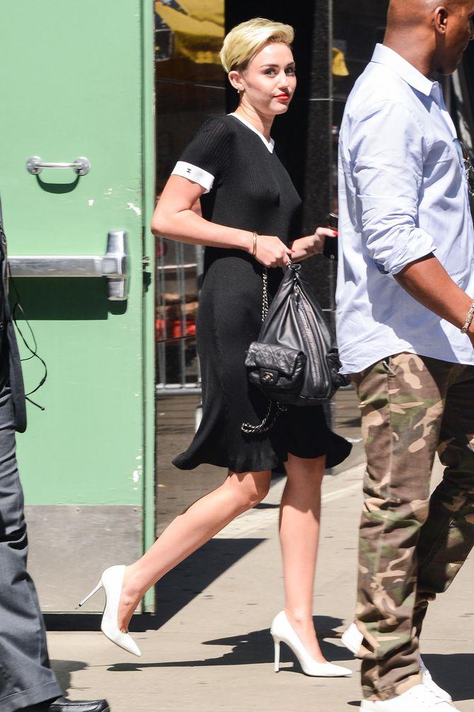 Miley Cyrus sans soutien-gorge