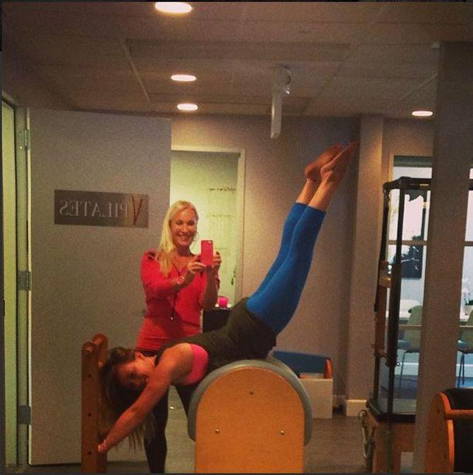 Hilary Duff en pleine séance de pilates