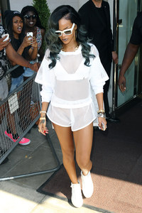 Rihanna sans culotte et en short transparent