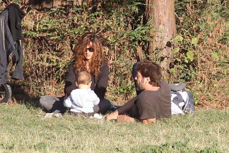 Penélope Cruz y Javier Bardem paseando con su hijo