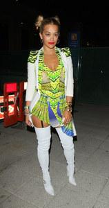 Rita Ora dans une tenue bien vulgaire