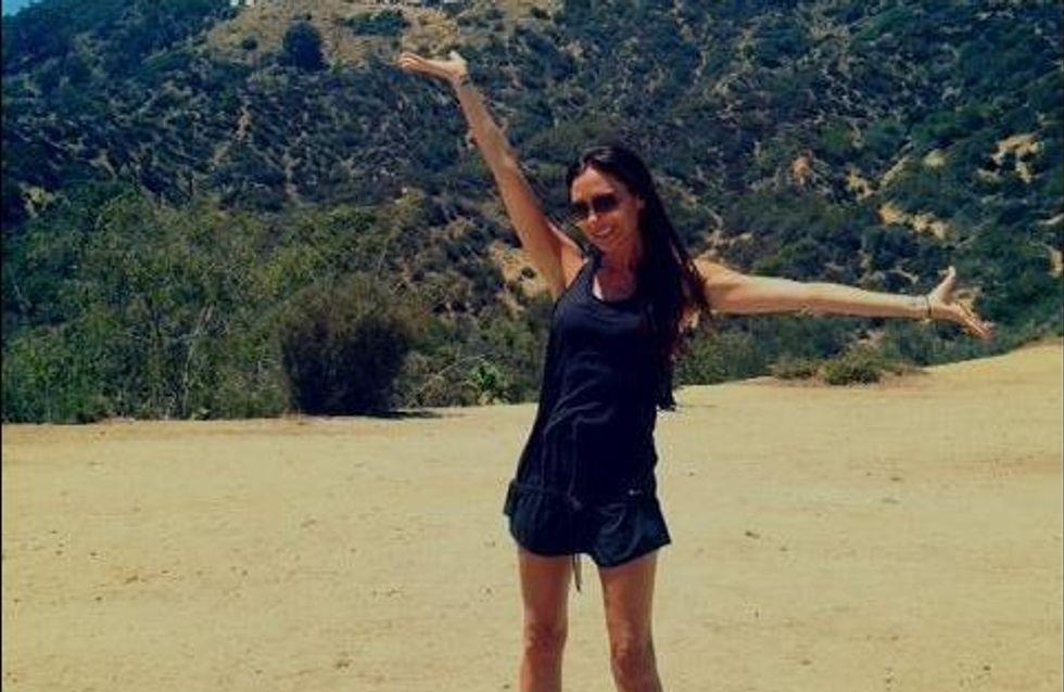 Victoria Beckham : Tout sourire en sandales plates (Photos)
