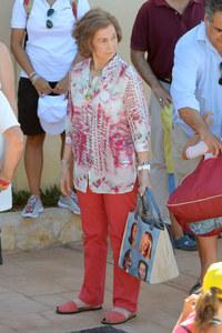 La reina Sofía con su bolso