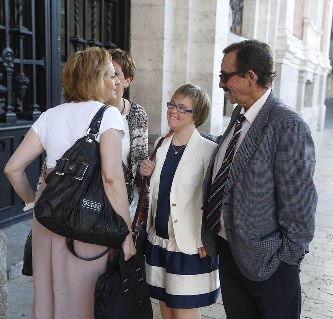 Ángela llegando al Ayuntamiento de Valladolid con sus padres