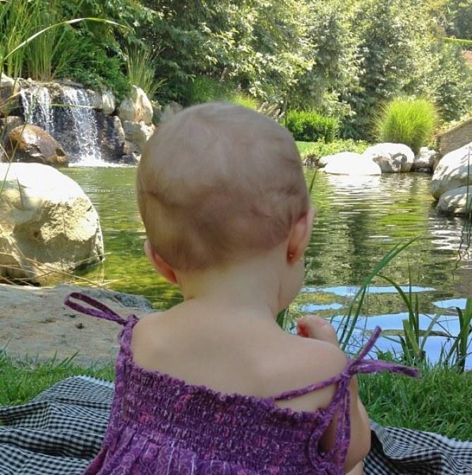 La jeune Vivian découvre la nature