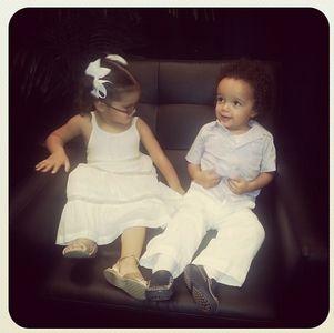 Les jumeaux de Mariah Carey en backstage pendant un concert