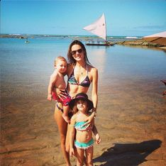 Alessandra Ambrosio : En bikini sous le soleil avec ses enfants (Photos)
