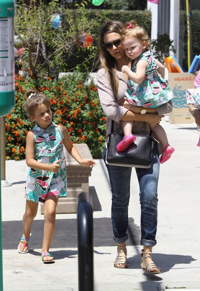 Jessica Alba et ses deux filles habillées à l'identique