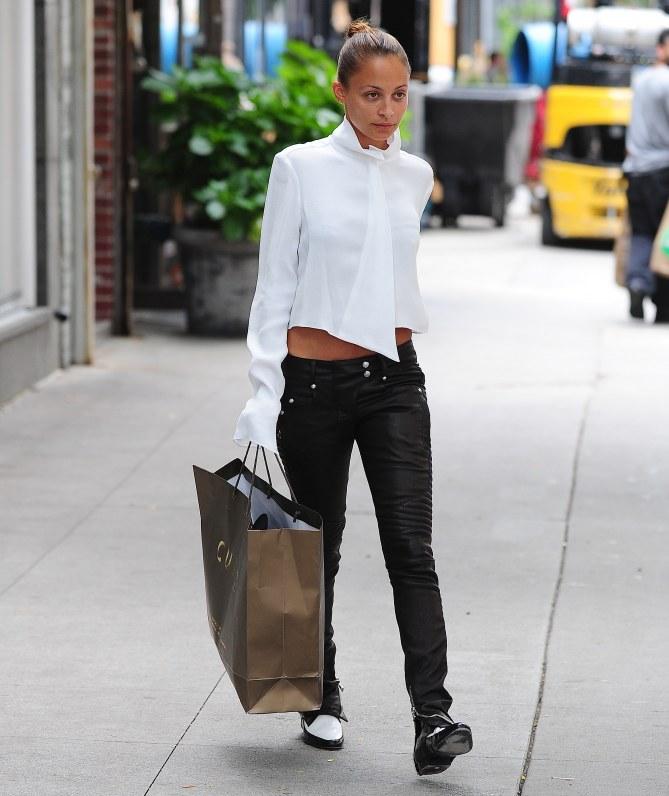 Nicole Richie en total look noir et blanc
