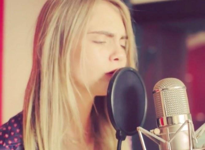 Cara Delevingne nous dévoile ses talents de chanteuse