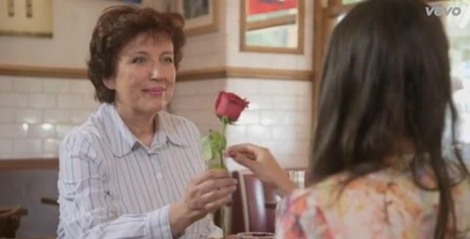 Roselyne Bachelot dans le clip de Joyce Jonathan