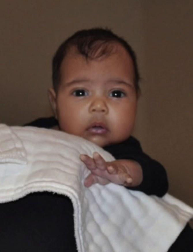 Kim Kardashian et Kanye West dévoilent le premier cliché de North West